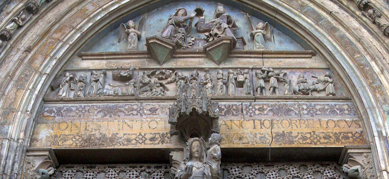 Detalle de la policromia en la Puerta de los Apóstoles
